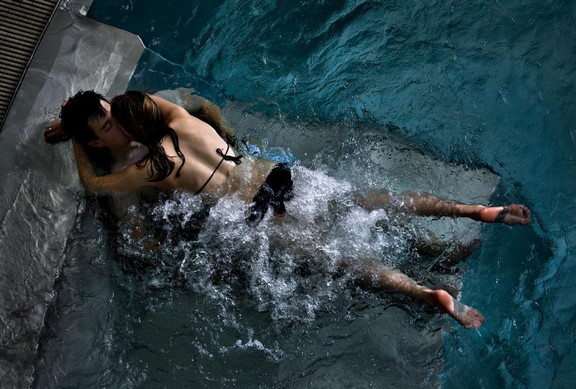 Нежный секс в бассейне видео ошибаетесь